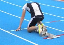 спортсмен в начиная блоках атлетического следа перед st стоковое изображение rf