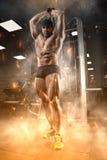 Спортсмен в спортзале стоковая фотография rf