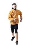 Спортсмен в ocher куртке бежать к камере стоковые фотографии rf