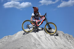 Спортсмен в sportswear на горном велосипеде едет на камнях Стоковое Фото