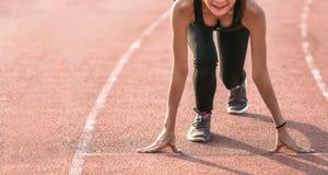 Спортсмен готовый для того чтобы начать на идущем следе стоковое изображение rf