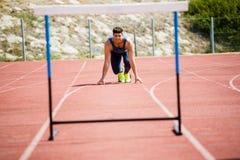 Спортсмен готовый для того чтобы поскакать барьер Стоковое Изображение