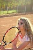 Спортсмен девушки в форме тенниса на сети на суде Стоковые Фото