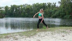 Спортсмен девушки делая тренировки танца видеоматериал