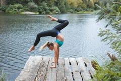 Спортсмен девушки делая тренировки Стоковые Изображения RF