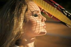 Спортсмен девушки с сетчатой тенью на стороне на солнечный день Стоковые Фотографии RF