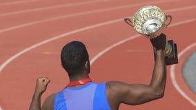 Спортсмен доказывает его прочность и смелость путем выигрывать золотую чашку, гордость нации видеоматериал