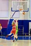 Спортсмен девушек в баскетболе спорта равномерном играя Стоковое фото RF
