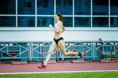 спортсмен девушки бежать спринт Стоковая Фотография