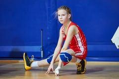 Спортсмен девушки нагревая перед игрой Ушибы в спорт Стоковое фото RF