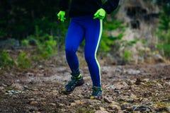 Спортсмен девушки ног бежать на горной тропе камней Стоковое Изображение