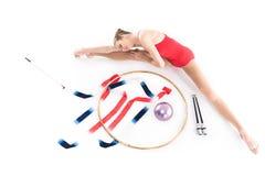 Спортсмен девушки протягивая около прибора звукомерной гимнастики Стоковая Фотография RF