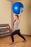 Спортсмен девушки сидит на корточках с fitball Стоковое фото RF