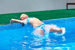 Спортсмен девушки скача в воду Стоковое Изображение RF