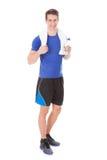 Спортсмен держа бутылку с водой в руке после работать стоковое изображение