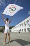 Спортсмен держа олимпийский флаг Рио-де-Жанейро Стоковые Фотографии RF