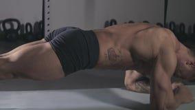Спортсмен делает бар тренировки акции видеоматериалы
