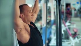 Спортсмен делая тягу-вверх на турнике в спортзале видеоматериал