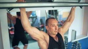 Спортсмен делая тягу-вверх на турнике в спортзале сток-видео