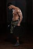 Спортсмен делая тяжеловесную тренировку для Trapezius стоковое изображение rf