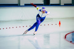Спортсмен женщины бежит гонка спринта скорости катаясь на коньках на повороте Стоковые Фото