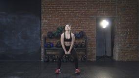 Спортсмен женщины делая качания kettlebell сток-видео
