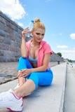 Спортсмен женщины принимает пролом, она питьевая вода стоковые фотографии rf
