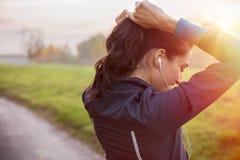 Спортсмен женщины связывая волосы стоковое фото rf