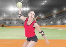 Спортсмен играя гандбол против стадиона в предпосылке Стоковое Фото
