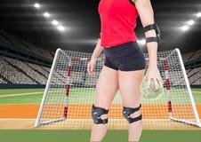 Спортсмен играя гандбол против стадиона в предпосылке Стоковая Фотография