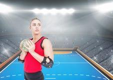 Спортсмен играя гандбол против стадиона в предпосылке Стоковые Фотографии RF