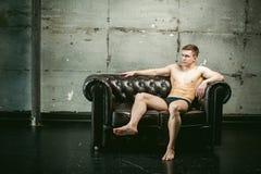 Спортсмен культуриста людей портрета студии молодой сексуальный, с чуть-чуть торсом Стоковые Фотографии RF