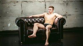 Спортсмен культуриста людей портрета студии молодой сексуальный, с чуть-чуть торсом Стоковое фото RF