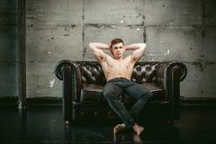 Спортсмен культуриста людей портрета студии молодой сексуальный, с чуть-чуть торсом Стоковые Изображения