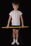 Спортсмен мальчика выполняет тренировки с гимнастической ручкой в спортзале Стоковое Изображение RF