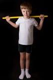 Спортсмен мальчика выполняет тренировки с гимнастической ручкой в спортзале Стоковые Изображения