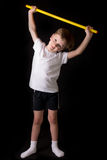 Спортсмен мальчика выполняет тренировки с гимнастической ручкой в спортзале Стоковые Фотографии RF