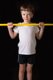 Спортсмен мальчика выполняет тренировки с гимнастической ручкой в спортзале Стоковое Фото