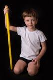 Спортсмен мальчика выполняет тренировки с гимнастической ручкой в спортзале Стоковая Фотография