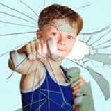 Спортсмен мальчика ломает стекло Стоковые Изображения RF