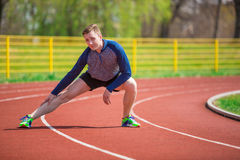 Спортсмен нагревая на беговой дорожке Стоковые Фото