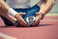 Спортсмен нагревая для тренировки стоковые фото