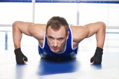 Спортсмен нажимая вверх. Стоковое Фото