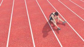 Спортсмен нанес поражение взлётно-посадочная дорожка стоковые фото