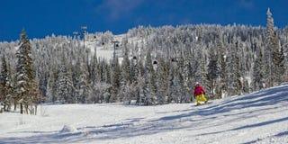 Спортсмен на наклоне горы Стоковая Фотография