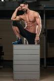 Спортсмен отдыхая после выполнять скачку коробки Стоковые Изображения RF