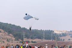 Спортсмен - парашютист спускает с парашютом на поле на горячем фестивале воздушного шара Стоковое фото RF