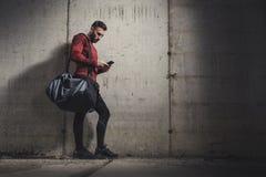 Спортсмен печатая текстовое сообщение стоковая фотография