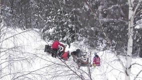 Спортсмен помогает оппоненту после аварии акции видеоматериалы