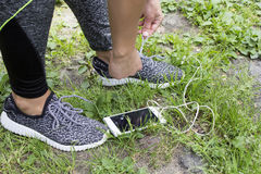 Спортсмен подготавливая для cardio тренировки Ноги на земле стоковые изображения rf